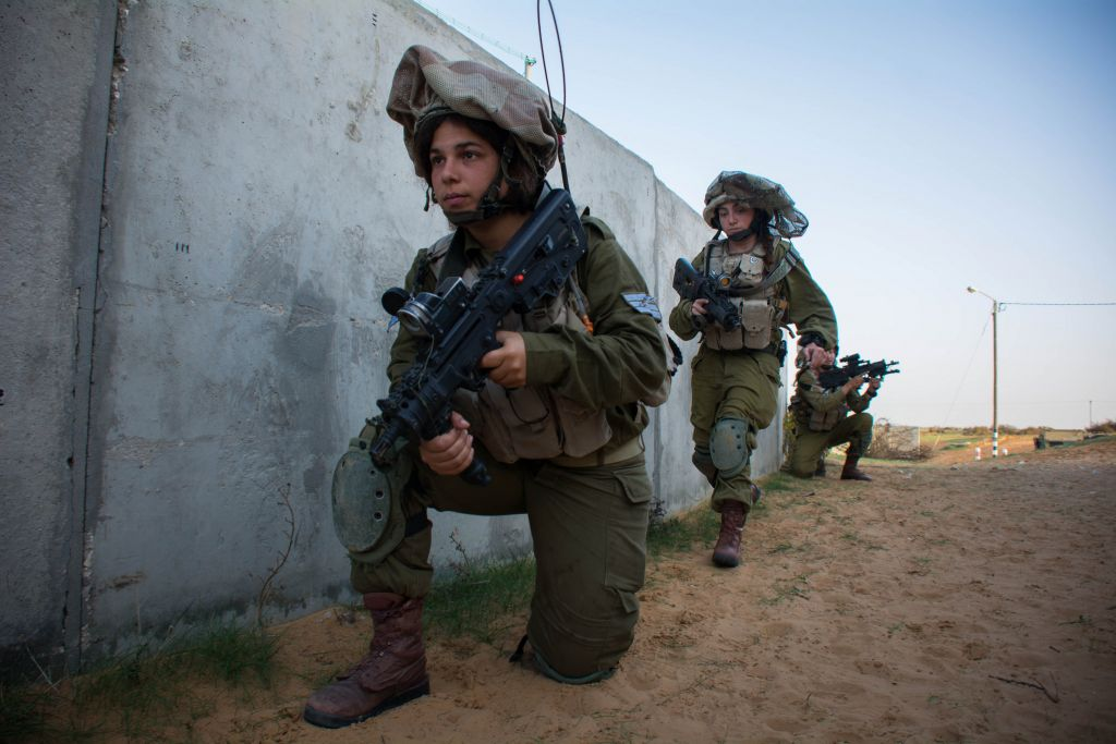 Female soldiers from the mixed-gender Caracal Battalion train in southern Israel on December 10, 2014. (IDF Spokesperson's Unit)