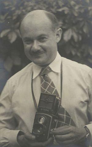 Roman Vishniac holding his Rolleiflex camera, ca. 1935–38 (© Mara Vishniac Kohn, courtesy International Center of Photography)