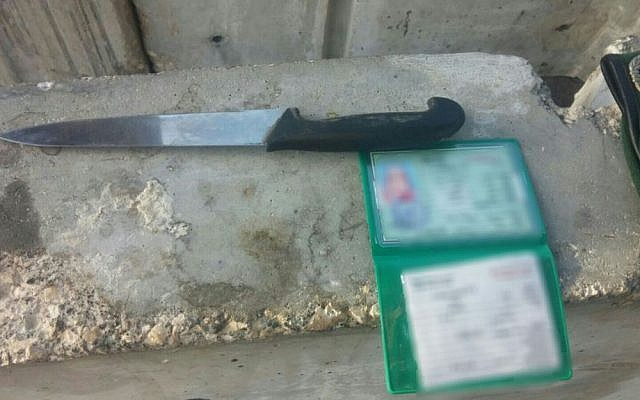 A knife discovered in the bag of a Palestinian suspect who said she wanted to carry out a stabbing attack on security forces, March 7, 2016. (Israel Police)