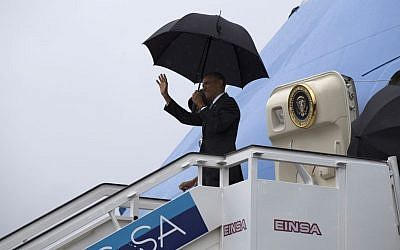 President Barack Obama waves as he and first lady Michelle Obama exit Air Force One at the airport in Havana, Cuba, Sunday, March 20, 2016.  (Cubadebate/Ismael Francisco /AP)