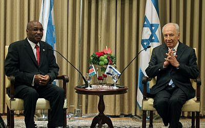 Kenyan Ambassador Augostino Njoroge presents his credentials to then president Shimon Peres, July 5, 2010. (Issac Harari/Flash90)