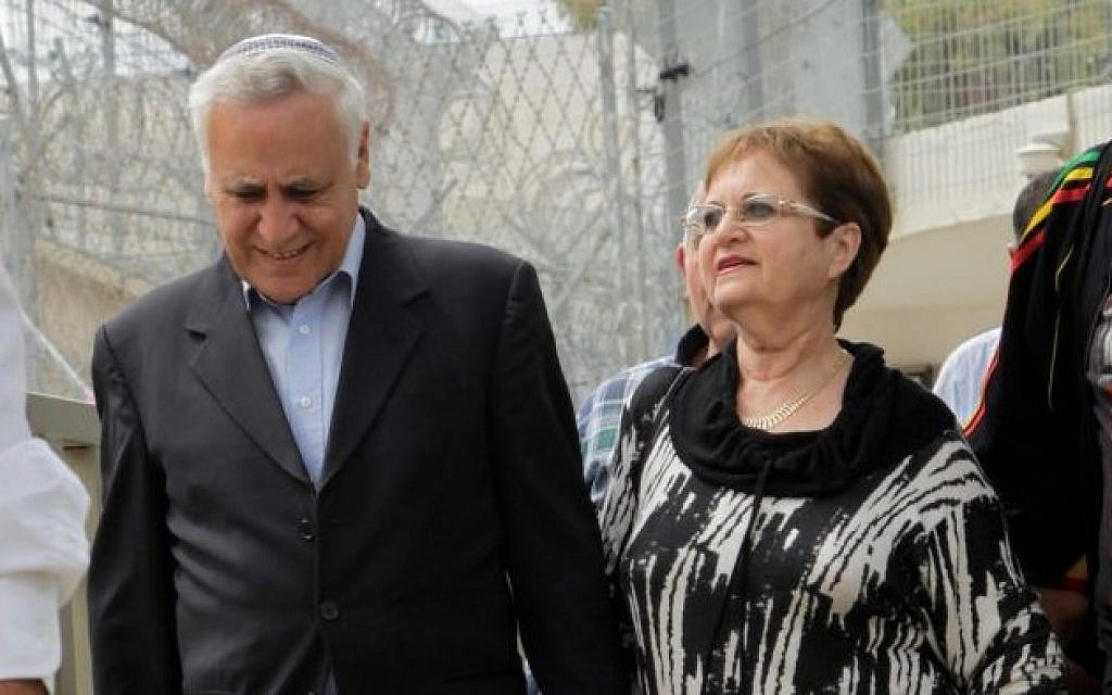 Former president Moshe Katsav, left, is seen with his wife, Gila, leaving Ma'asiyahu Prison for a furlough over the Jewish festival of Passover, April 3, 2015. (Flash90)