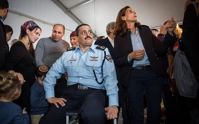 Police Chief Roni Alsheich and his family at a welcome ceremony at the National Police Headquarters in Jerusalem, on December 3, 2015 (Hadas Parush/Flash90)