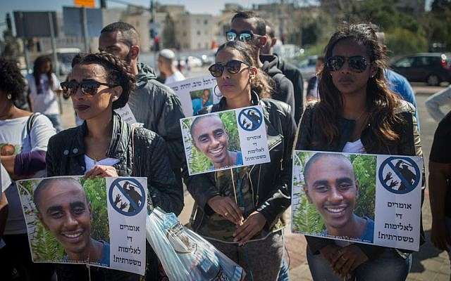 Family and friends of Yosef Salamsa protest at the entrance to the National Headquarters of the Israel Police in Jerusalem on March 1, 2016 (Yonatan Sindel/Flash90)