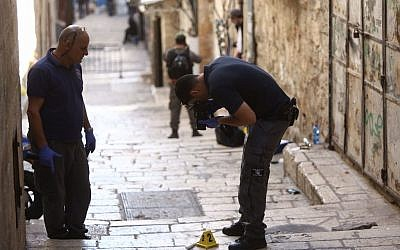 Israeli security forces inspect the scene of a stabbing attack in Jerusalem's Old City on March 11, 2016. (Photo by Yonatan Sindel/Flash90)
