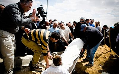 The funeral of Dimona resident Simha Damri on March 21, 2016. (FLASH90)
