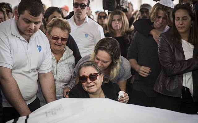 Nitza Goldman (C), injured at the Istanbul terror attack, mourns her husband Avraham Goldman during his funeral at a cemetery in Holon on March 21, 2016. Two other Israelis died and nearly a dozen more were injured in the suicide bombing in Turkey.  (Hadas Parush/Flash90)