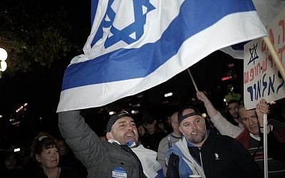 Israelis attending a rally in Tel Aviv on March 31, 2016 in support of a soldier accused of killing a Palestinian assailant. ( Tomer Neuberg/Flash90)