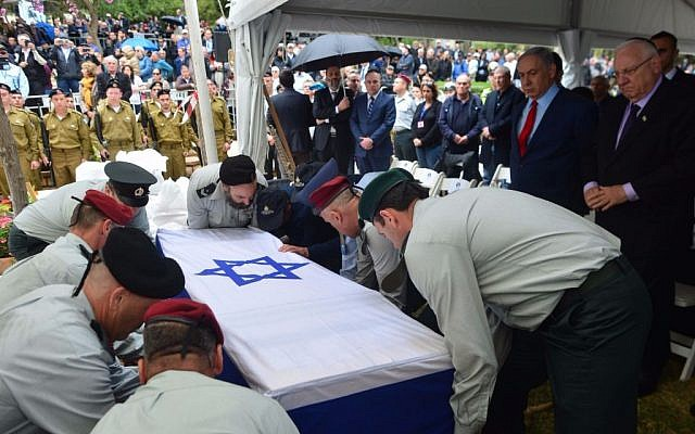 The coffin of former Mossad chief Meir Dagan is lowered into the ground at the military cemetery in Rosh Pina, northern Israel, March 20, 2016. (Kobi Gideon/GPO)