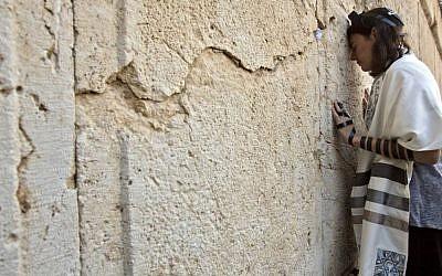 Reform Rabbi Nicole Greninger prays at the Western Wall, February 25, 2016 (AP Photo/Sebastian Scheiner)