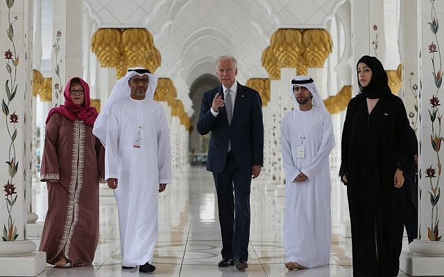 US Vice President Joe Biden visits the Sheikh Zayed Grand Mosque in Abu Dhabi, United Arab Emirates, Monday, March 7, 2016. (AP/Kamran Jebreili)