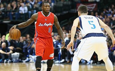Nate Robinson, left, playing in a game against the Dallas Mavericks at American Airlines Center in Dallas, Texas, March 13, 2015. (Ronald Martinez/Getty Images via JTA)
