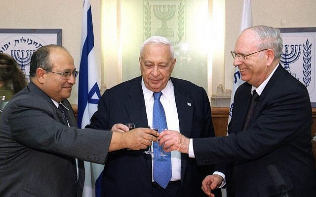 Meir Dagan, left, Ariel Sharon, center, and former Mossad head Efraim Halevy at a ceremony welcoming Dagan as head of the Mossad, on December 12, 2002. (Flash90)
