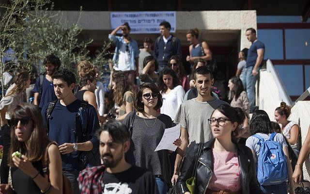 Israeli students seen at the Hebrew University of Jerusalem on the first day of the new academic year, October 13, 2013. (Yonatan Sindel/Flash90)