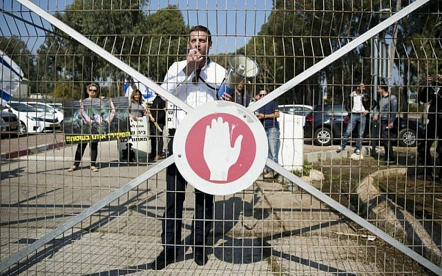 Israelis protest outside a military court near Kiryat Malachi in support of the IDF soldier who shot a Palestinian terrorist in Hebron, March 31, 2016. (Corinna Kern/Flash90)