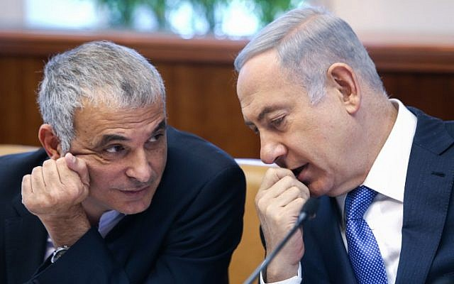 Israeli Prime Minister Benjamin Netanyahu (R) speaks with Finance Minister Moshe Kahlon during the weekly cabinet meeting at the Prime Minister's Office in Jerusalem on January 31, 2016. (Amit Shabi/Pool)