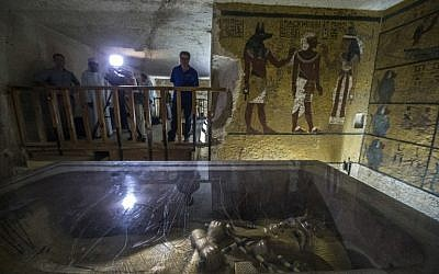 This file photo taken on September 29, 2015 shows shows the golden sarcophagus of King Tutankhamun in his burial chamber at the Valley of the Kings, close to Luxor, 500 kms south of Cairo. / AFP / Khaled DESOUKI