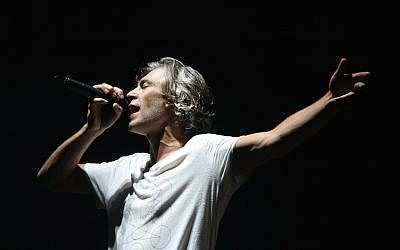Matisyahu, American reggae rapper and alternative rock musician performing at the Sultan's Pool in Jerusalem on October 10, 2015. (Flash90)