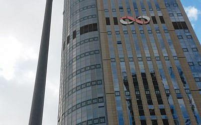Ramat Gan's Moshe Aviv Tower, Israel's tallest building, houses many binary options companies (Simona Weinglass/Times of Israel)