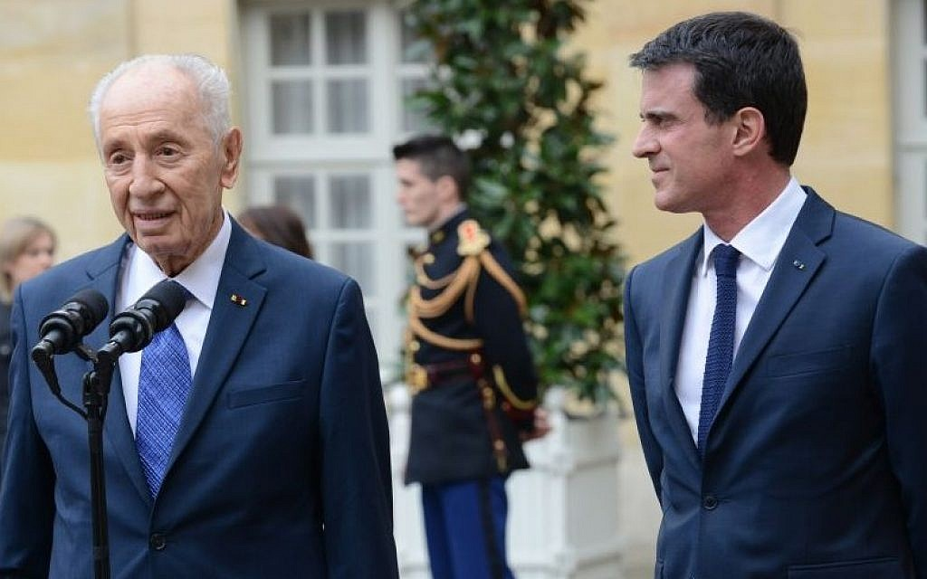 Former Israeli president Shimon Peres (left) with French Prime Minister Manuel Valls in Paris, March 24, 2016 (Courtesy Peres Center for Peace)