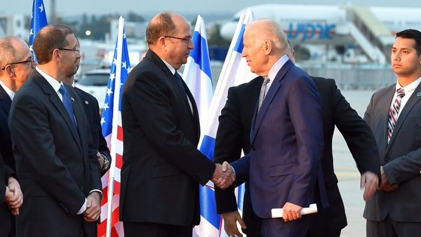US Vice President Joe Biden is welcomed to Israel by Defense Minister Moshe Ya'alon on March 8, 2016 at Ben Gurion Airport (Courtesy: Defense Ministry)