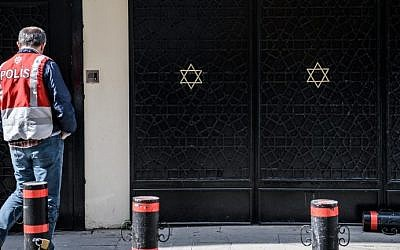 A Turkish police officer stands guard in front of Neve Shalom Synagogue in Istanbul on March 30, 2016 . (AFP PHOTO / OZAN KOSE)