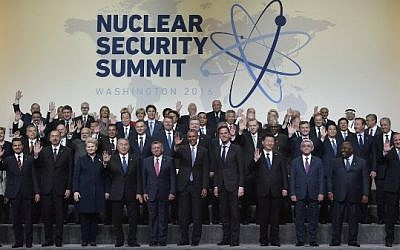 US President Barack Obama and other world leaders wave at the Nuclear Security Summit family photo at the Walter E. Washington Convention Center on April 1, 2016 in Washington, DC. (AFP / MANDEL NGAN)