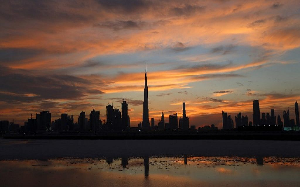 A general view shows Burj Khalifa (C), the world's tallest tower, as the sun sets over Dubai on April 4, 2016 (AFP PHOTO / KARIM SAHIB)