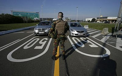 A soldier controls motorists arriving at Brussels' airport in Zaventem, on April 11, 2016. (AFP Photo/Belga/Thierry Roge)