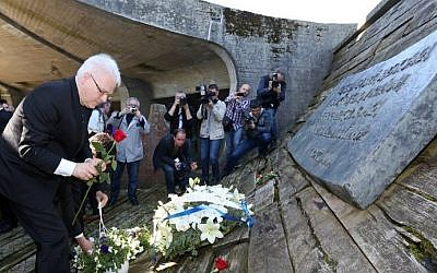 Former Croatian President Ivo Josipovic lays a wreath of flowers at a memorial in Jasenovac, Croatia, on April 15, 2016. (AFP photo/Stringer)