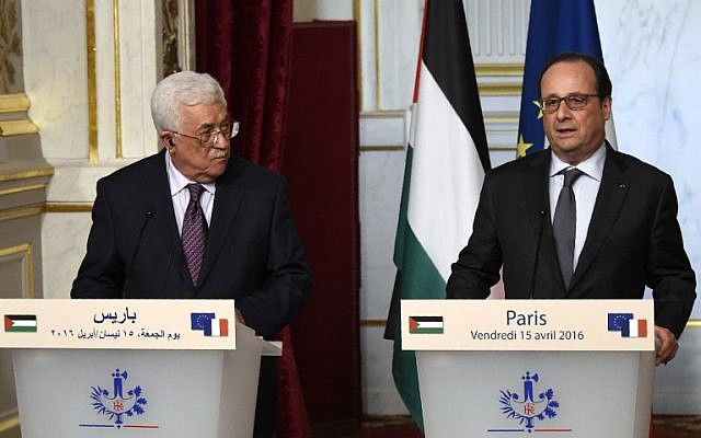 Palestinian Authority President Mahmoud Abbas (left) and French President Francois Hollande (right), hold a press conference after their meeting at the Elysee Palace in Paris, on April 15, 2016. (AFP/Dominique Faget)