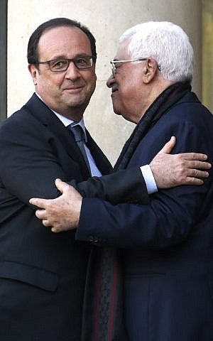 French President Francois Hollande (L) embraces Palestinian Authority President Mahmud Abbas (R) after their meeting at the Elysee Palace in Paris on April 15, 2016. (AFP PHOTO/DOMINIQUE FAGET)
