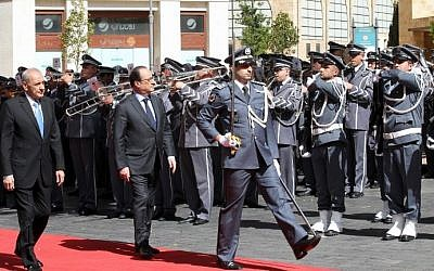 French President Francois Hollande (C) reviews the guard of honor with Lebanese Parliament Speaker Nabih Berri (L) upon his arrival to the Lebanese Parliament in downtown Beirut on April 16, 2016. (AFP PHOTO / ANWAR AMRO)