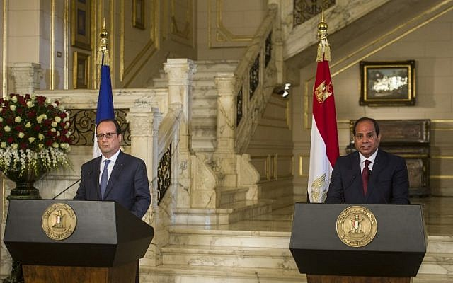 Egyptian President Abdel Fattah el-Sissi (R) and his French counterpart Francois Hollande hold a press conference at the al-Qubaa palace in Cairo on April 17, 2016.(AFP PHOTO / KHALED DESOUKI)