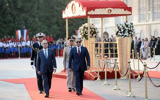 French President Francois Hollande (L) and his Egyptian counterpart Abdelfattah al-Sisi review the honour guard during a welcome ceremony at the al-Qubaa presidential palace in Cairo on April 17, 2016.(AFP PHOTO / STEPHANE DE SAKUTIN)