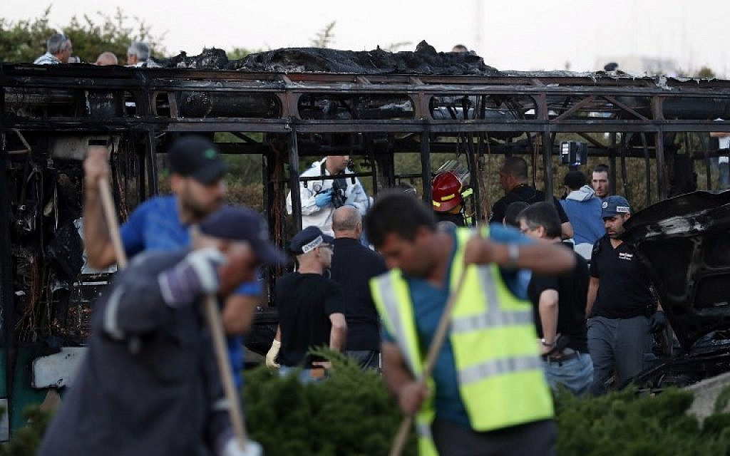 Israeli forensics experts collect evidence at the scene of an explosion on a bus in Jerusalem on April 18, 2016.  (AFP PHOTO/THOMAS COEX)