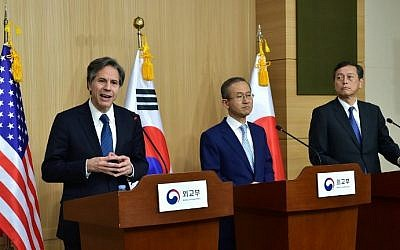 US Deputy Secretary of State Tony Blinken speaks as South Korean Vice Foreign Minister Lim Sung-Nam and Japanese Vice Foreign Minister Akitaka Saiki listen during their joint press conference at the Foreign Ministry in Seoul, April 19, 2016. (AFP Photo/Jung Yeon-Je)