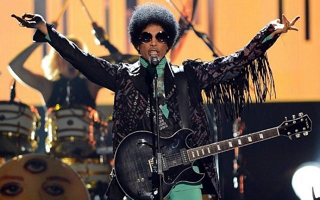 This file photo taken on May 18, 2013 shows musician Prince performing onstage during the 2013 Billboard Music Awards at the MGM Grand Garden Arena on May 19, 2013 in Las Vegas, Nevada. (AFP PHOTO / GETTY IMAGES NORTH AMERICA / Ethan Miller)