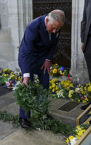 Britain's Prince Charles lays a wreath on the grave of William Shakespeare in Holy Trinity Church in Stratford-upon-Avon, England, on April 23, 2016 in a visit to mark the 400th anniversary of the bard's death (AFP PHOTO / POOL / Tristan Fewings)