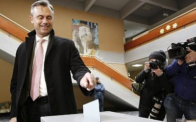 The candidate of the far-right Freedom Party, Norbert Hofer, casts his ballot in the first round of the Austrian presidential elections, in Pinkafeld, April 24, 2016. (AFP/Dieter Nagl)