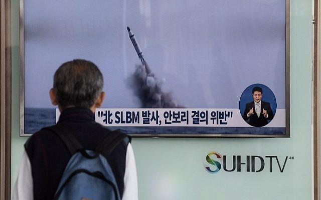 A man watches a television news channel in Seoul showing footage of a North Korean missile launch on April 24, 2016. (AFP PHOTO / STF)