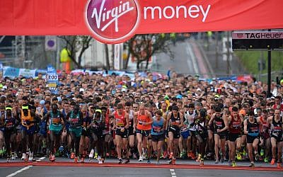 Competitors in the Elite Men's race lead the pack at the start of the 2016 London Marathon in central London on April 24, 2016.  (AFP PHOTO / GLYN KIRK)