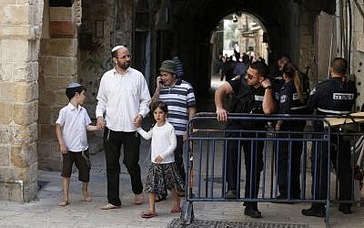 Israeli security forces stand guard as a group of Jews leave the Temple Mount on April 24, 2016. (AFP/AHMAD GHARABLI)