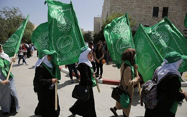 Palestinian students supporting the Hamas movement take part in a rally during an election campaign for the student council at the Birzeit University, near the West Bank city of Ramallah on April 26, 2016 / AFP PHOTO / ABBAS MOMANI