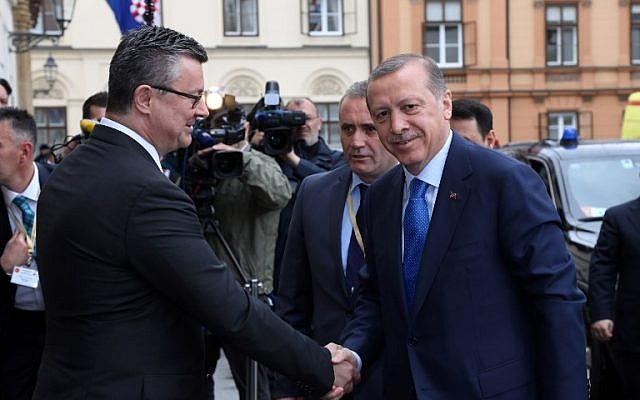 Turkish President Recep Tayyip Erdogan, right, is greeted by Croatian Prime Minister Tihomir Oreskovic outside the Government building in Zagreb, April 27, 2016. (AFP/STR)