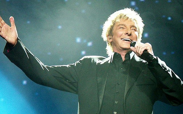 Barry Manilow performing in 2008 (CC BY 3.0)