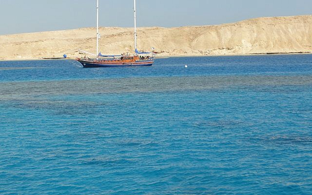 An Egyptian boat traversing the Strait of Tiran in 2011. (CC BY Don Toofee, Flickr)