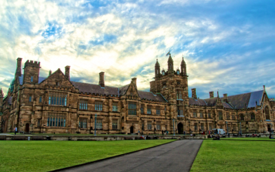 Picture shows the main quadrangle of the University of Sydney (CC BY-SA, Jason Tong, Wikipedia)