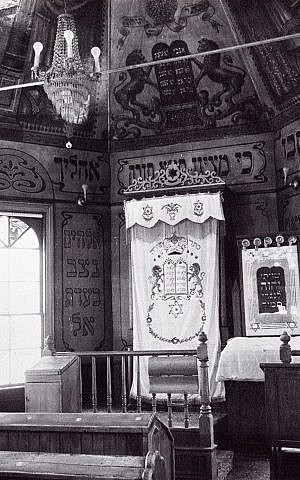 The only known photo from 1910, the mural is shown as it originally sat above the Ark of the Covenant at the Chai Adam synagogue in Burlington, Vermont (courtesy)