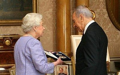 The-then president Shimon Peres receives the honorary order of St Michael and St George from Her Majesty Queen Elizabeth II, in Buckingham Palace, London, UK, November 20, 2008. (Buckingham Palace Official Photographers/Flash 90)